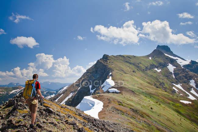 Туристические походы через длинный горный хребет, ведущих к Силвертип пик вблизи надежды, Британская Колумбия, Канада — стоковое фото