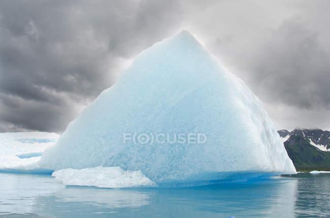 Треугольные Айсберг, Медвежьего озера, Национальный парк Кенай-Фьордс, Аляска — стоковое фото