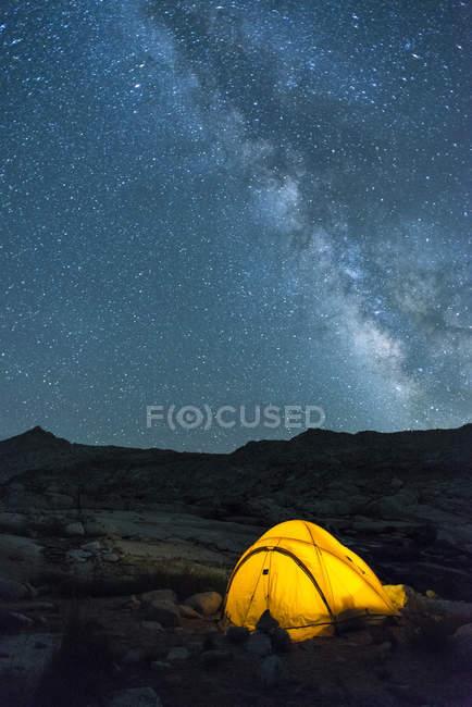 Светящейся палатке и звезды в High Sierra — стоковое фото