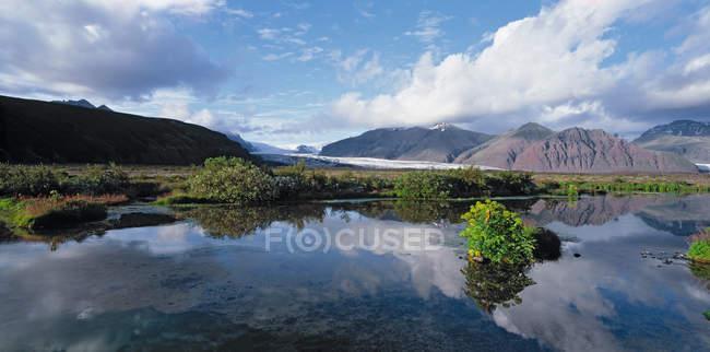 Пруд с отражающей пейзаж, ледник Skaftafelljokull в Национальный парк Ватнайёкюдль в Юго-Восточной Исландии — стоковое фото