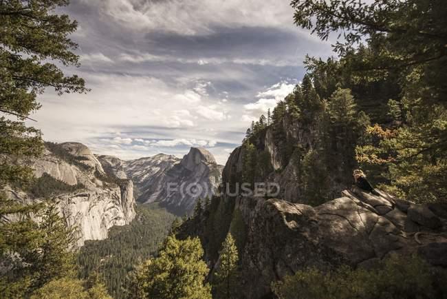 Belle vue panoramique sur la vallée d'Yosemite, Californie — Photo de stock
