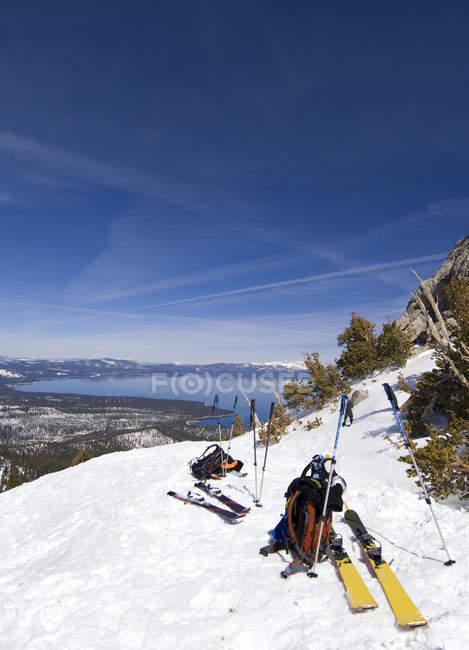 Три лыжников привязку для отдыха перед лыжах вниз в бэккантри озеро Тахо, Калифорния — стоковое фото