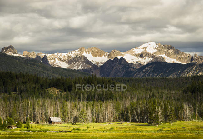 Старый сарай с Sawtooth гор в фоновом режиме, Стэнли, Айдахо — стоковое фото