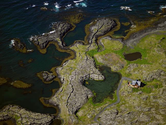 Аэрофотоснимок дачи недалеко от побережья Северной Атлантики в Исландии — стоковое фото