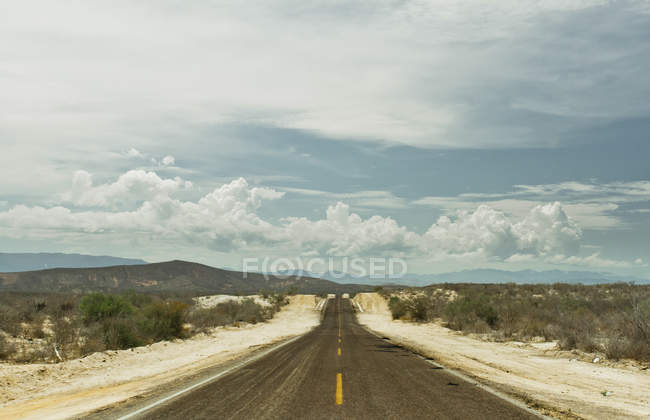 Long straight road leading through the Mexican Baja landscape — Stock Photo