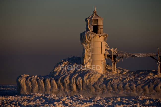 St. josef, michigan, leuchtturm gefroren am ufer des michigan-sees — Stockfoto