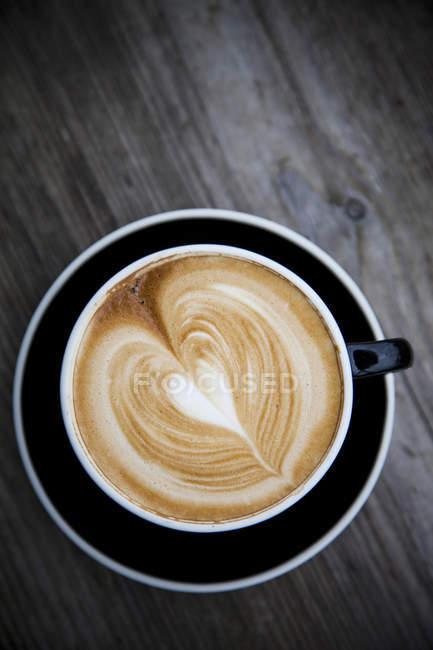 Vista superior do café com leite com espuma em forma de coração — Fotografia de Stock