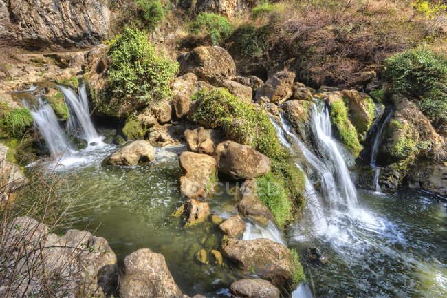Водопадов и скал в ущелье Гуань Инь в Юньнань — стоковое фото