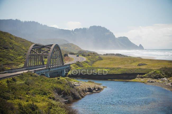 Pont enjambe le ruisseau Big le long de la Route 101 qui longe la côte de l'Oregon, é.-u. — Photo de stock