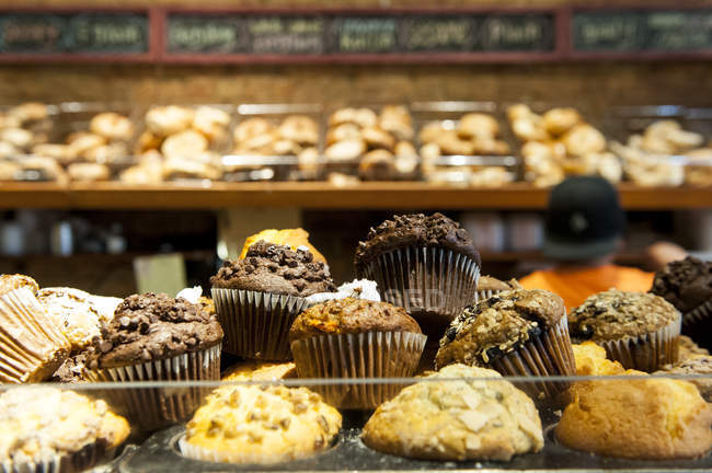 Close-up vista de vários biscoitos doces e bolos numa loja de padaria — Fotografia de Stock