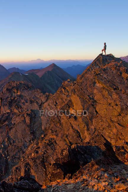 Un randonneur se dresse sur le sommet rocheux du Crystal Peak près de Pemberton, Colombie-Britannique, Canada — Photo de stock