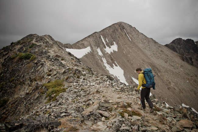Backpacker, die zu Fuß über die felsigen Grat, Frosty Peak, British Columbia, Kanada — Stockfoto