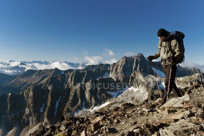 Mann-Wanderer zu Fuß auf felsigen Grat, Frosty Peak, British Columbia, Kanada — Stockfoto