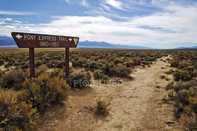 Panneau indique l'ancienne Route du Pony Express hors autoroute 50, Nevada — Photo de stock