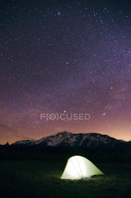 Zelt ist in der Nacht mit Sternen am Himmel unter Mount Tallac in Lake Tahoe, Ca beleuchtet. — Stockfoto