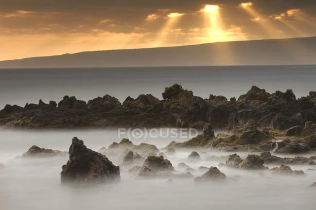 Sunset and surf on the rocky coast at La Perouse Bay, Maui, Hawaii — Stock Photo