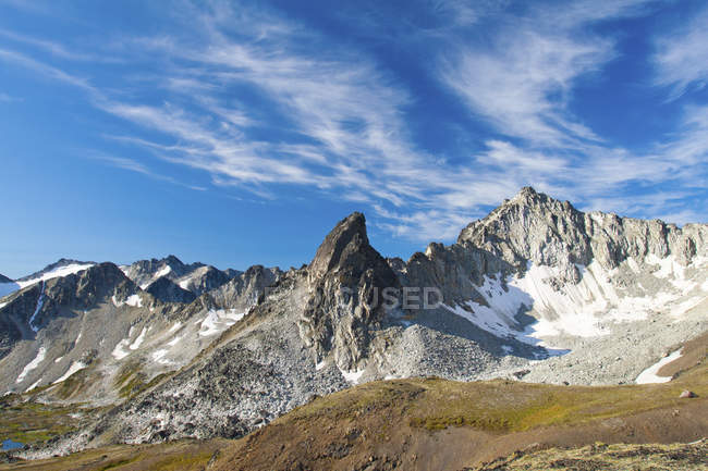Fehlerhafte Turm und Linus Peak in üppigen Downton Creek Wilderness Gebiet, Britisch-Kolumbien, Kanada — Stockfoto
