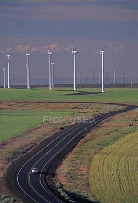 Turbines de vent au-dessus de la route dans l'Oregon — Photo de stock