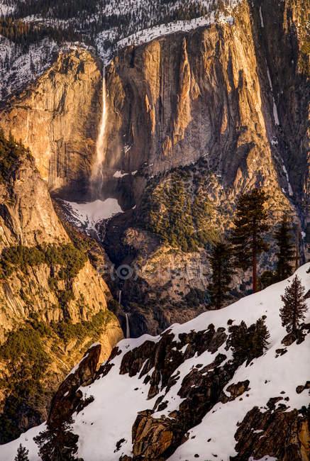 Yosemite Falls au lever du soleil depuis le bord du canyon, Parc National de Yosemite — Photo de stock