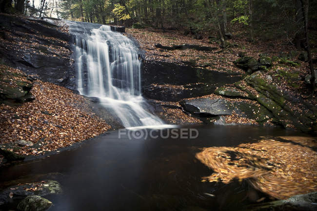 Cascatas de Brook capela capela Cataratas em Berkshires de Massachusetts ocidental — Fotografia de Stock