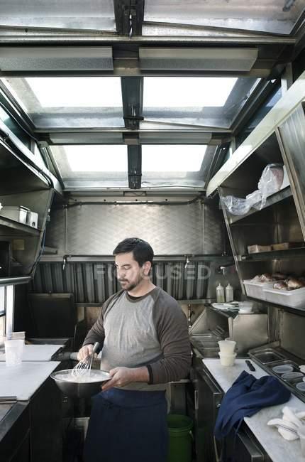 Homme de préparer un repas dans le camion de restauration rapide — Photo de stock