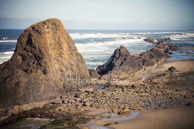 Große Felsen Outcroppings nördlich von Seal Rock Beach an der Küste Oregons — Stockfoto