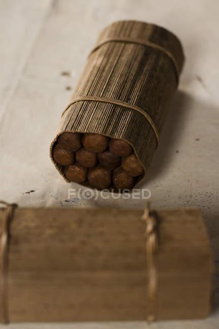 Paket an kubanischen Zigarren verpackt in einem Tabakblatt auf einem Tisch in Vinales, Kuba — Stockfoto