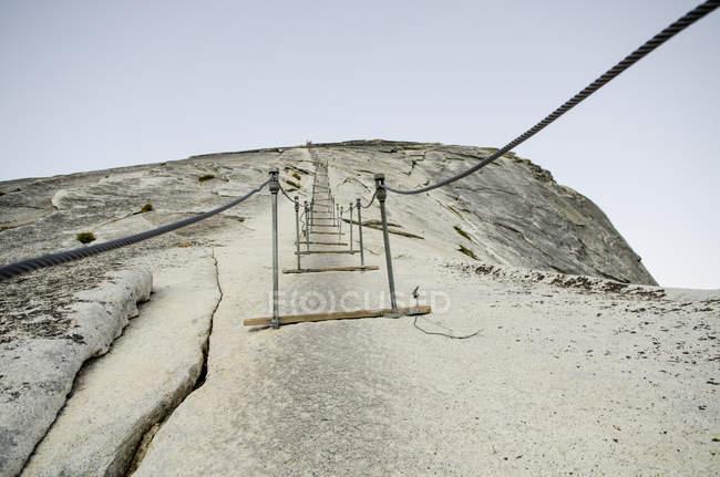 Início dos cabos que antecederam ao topo do Half Dome em Yosemite, Califórnia — Fotografia de Stock