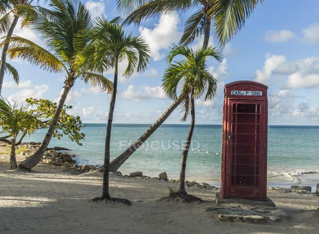 Telefonzelle in der Nähe von Dickenson Bay, St. John, Antigua, West Indies aufgegeben — Stockfoto
