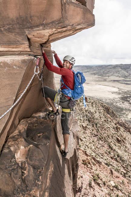Человек, скалолазание пустыни песчаника башня под названием психо Babble башня в долине гипс большой рядом, Naturita, Колорадо — стоковое фото