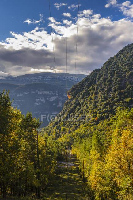 Powerline в горах, в Каталонии, Испания — стоковое фото