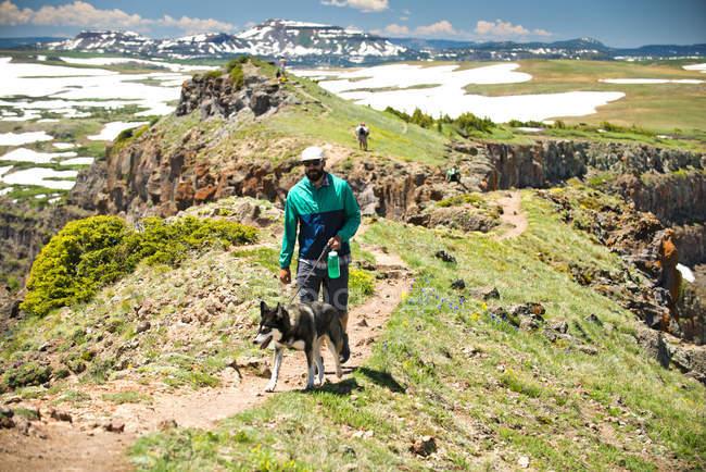 Человек и его собака Пешие прогулки возле Козвэй дьявола в Ямпа, Колорадо — стоковое фото