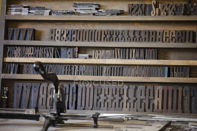 Letras grandes, usadas em uma prensa de impressão antiga — Fotografia de Stock