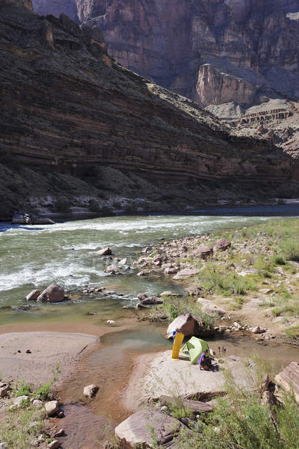 Wanderer einrichten Camp an einem Strand entlang des Colorado River im Grand Canyon außerhalb Fredonia, Arizona November 2011. Die 21,4-Meile Schleife beginnt bei der Bill Hall Trailhead am North Rim und senkt sich 2000-Füße in 2,5 Meilen durch Coconino Sandston — Stockfoto