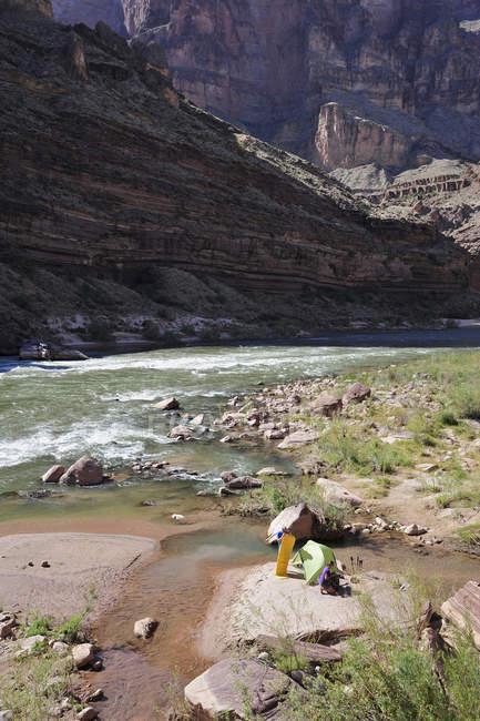 Randonneurs d'installation de camp sur la plage le long du fleuve Colorado dans le Grand Canyon à l'extérieur de Fredonia, Arizona, novembre 2011. La boucle de 21,4 milles commence au début du sentier de Bill Hall sur la jante du Nord et descend 2000-pieds en 2.5-milles par le biais de Coconino Sandston — Photo de stock