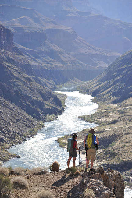 Hikers overlook the Colorado River as they follow a route that connect Tapeats Creek and Thunder River to Deer Creek in the Grand Canyon outside of Fredonia, Arizona November 2011.  The 21.4-mile loop starts at the Bill Hall trailhead on the North Ri — стокове фото
