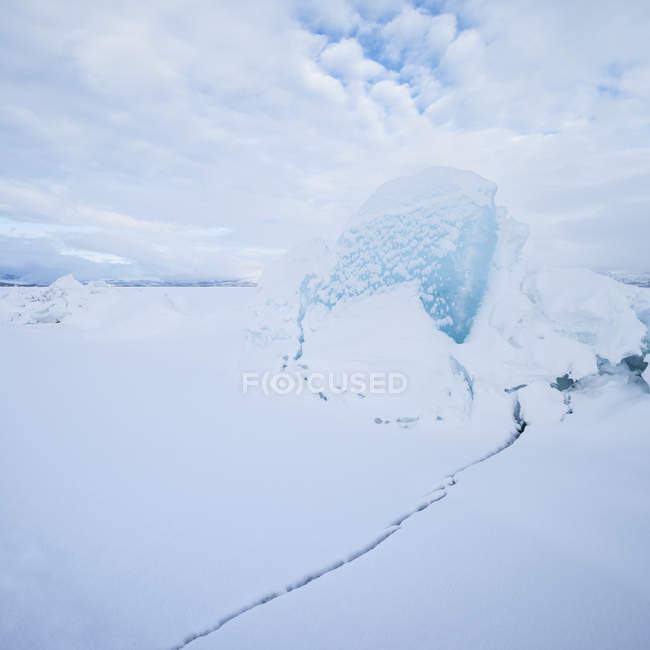 Ice rift on frozen lake in winter, Abisko national park, Lapland, Sweden — Stock Photo