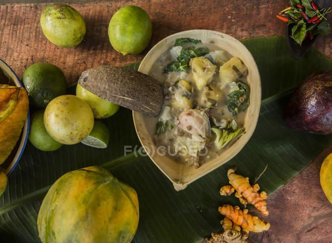 Vista superiore di organizzato vari alimenti il piano in legno — Foto stock