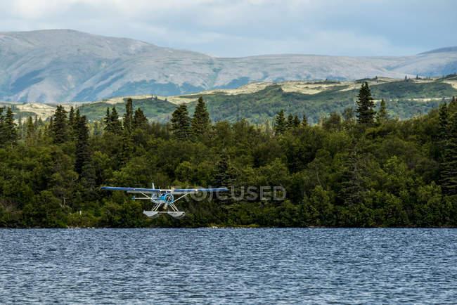 Плаваючою точкою на площині тільки про доторкнутися до під час посадки на Алясці Illiamna — стокове фото