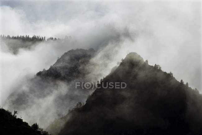Las nubes de tormenta comienzan a limpiar después de una ligera Nevada en el Parque Nacional de Reyes Canyon, California - foto de stock