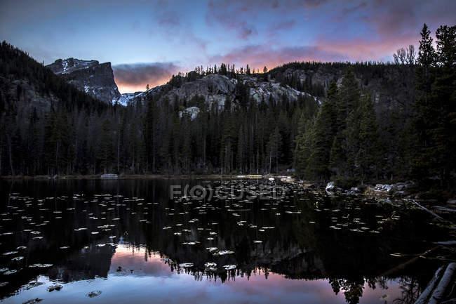 Soleil couchant derrière Hallet Peak à Rocky Mountain National Park, Colorado — Photo de stock