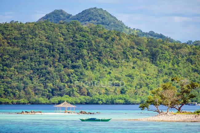 Bamboo structure on small rocky beach at Banana Island, Coron, Palawan, Philippines — Stock Photo