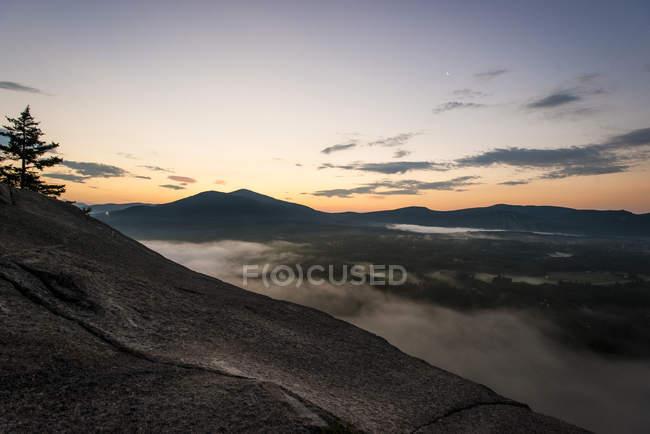Sonnenaufgang und am frühen Morgennebel von Cathedral Ledge Staatspark, NH, USA — Stockfoto