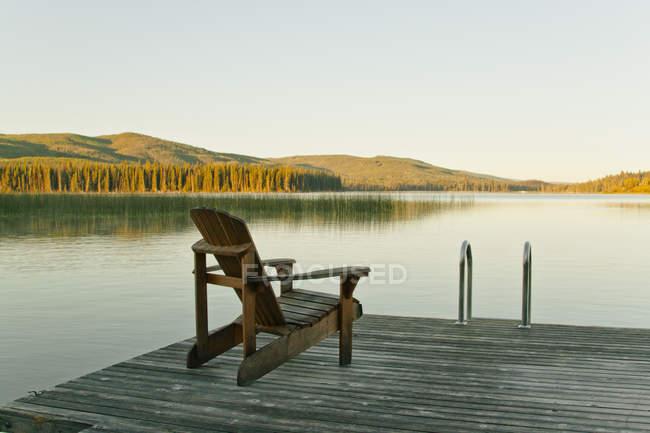 Chaire sur le quai à direction Lac Le Jeune Lake en Colombie-Britannique, Canada — Photo de stock