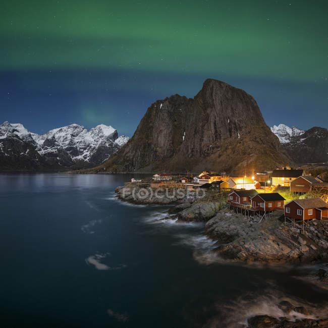 Aurora Boreal sobre Hamny, perto de Reine, Moskenesy, Ilhas Lofoten, Noruega — Fotografia de Stock