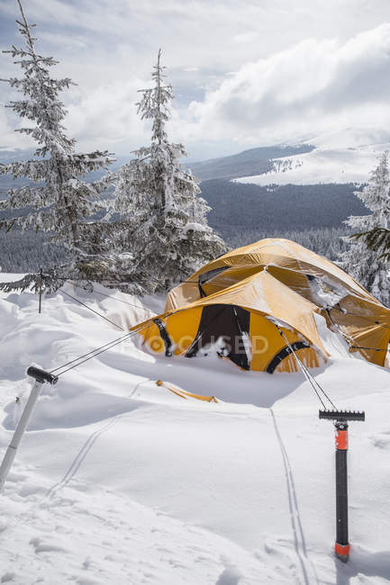 Tent after a snowstorm in the Romanian mountain — Stock Photo