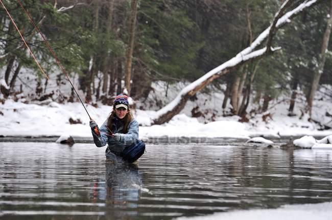 Жінка нахлистом в холодну зиму крик — стокове фото