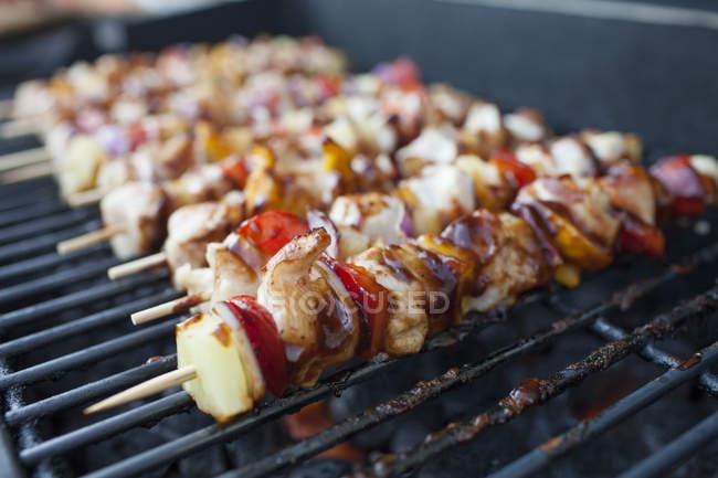 Крупным планом курицы и овощной шашлык, приготовление пищи на барбекю — стоковое фото