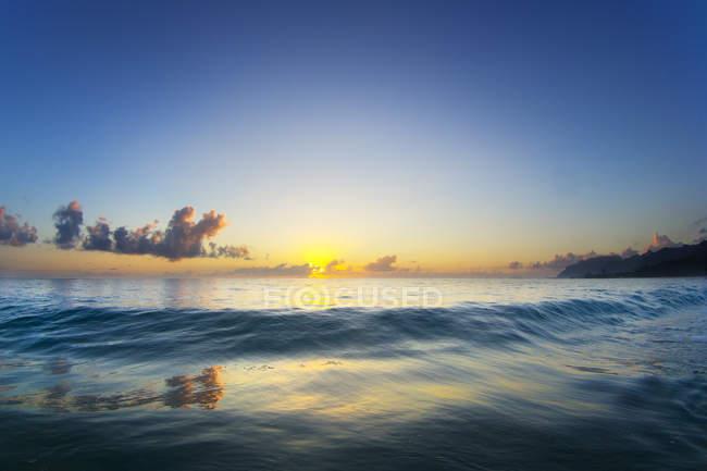 Небольшие волны, приближается к берегу условиях красивый стеклянный, остров Oahu — стоковое фото