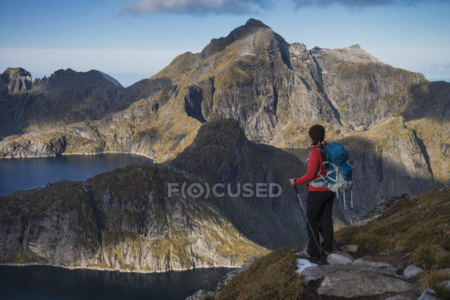 Female hiker looking at mountains view from trail, Moskenesy, Lofoten Islands, Norway — Stock Photo